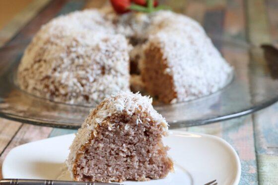 Ciambella Cocco e fragole è un dolce davvero sofficissimo e profumatissimo.
